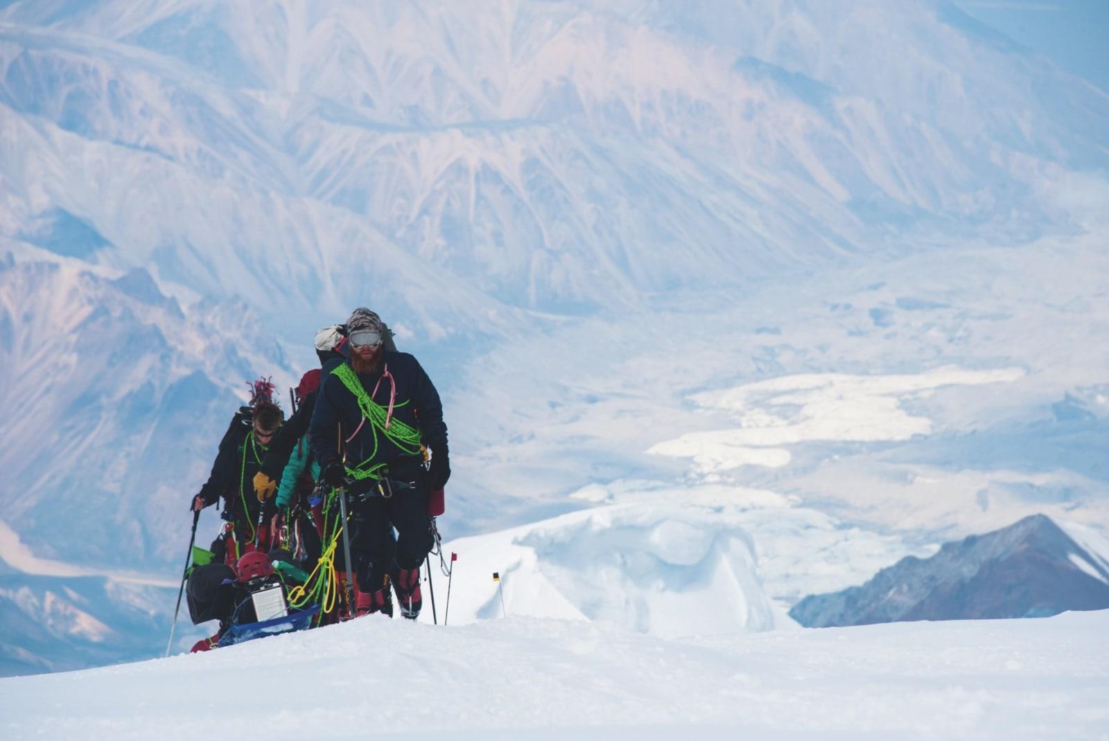 SAMLET: Denali er isbreer. Stort sett hele veien til toppen. Sikkerheten er viktig, så alle er knyttet inn i et taulag.