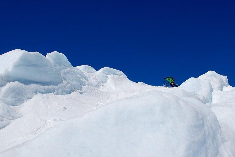 Snøkorridorene på Storbreens brefall er fristende, men skumle å kjøre på ski.