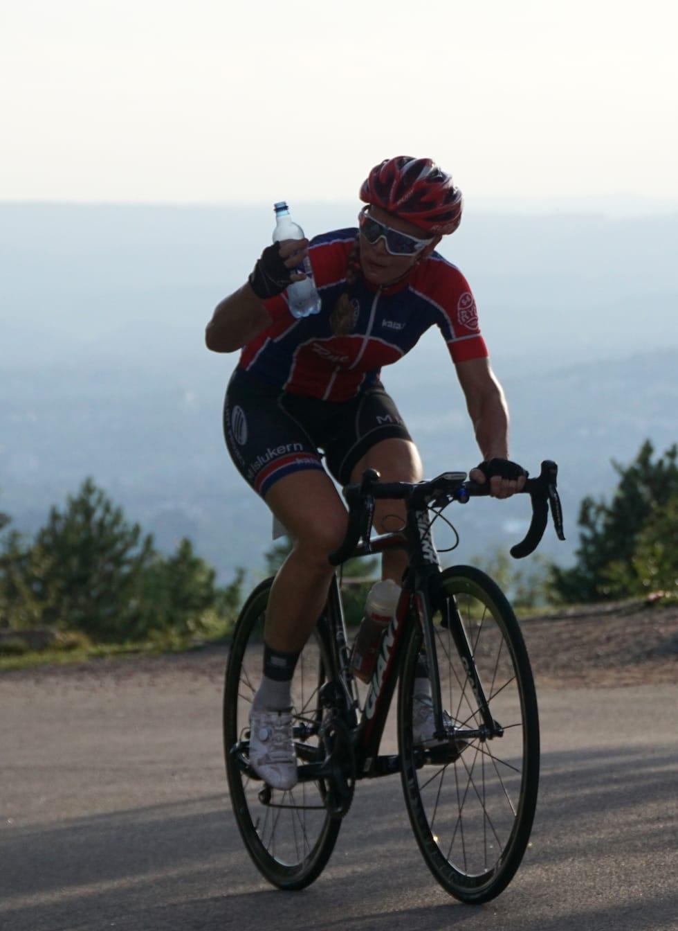 TØRST: Elisabeth Solberg var ikke av sykkelen underveis. Mat og drikke fikk hun i seg på sykkelen. Foto: Bjørn Saksberg