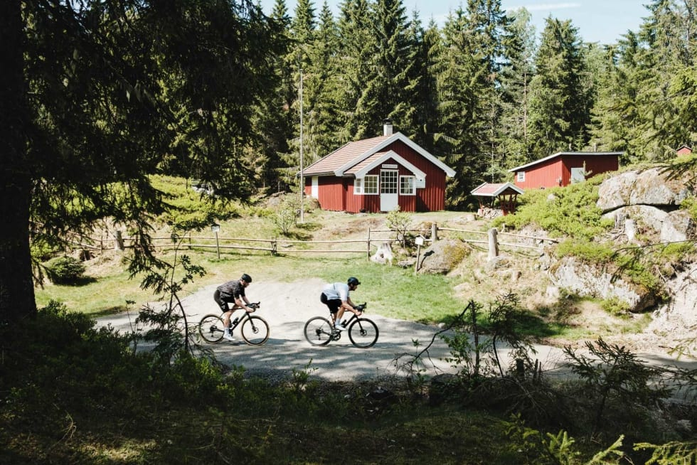 Hans og Grete: Eller Joakim Lien og Peter Gløersen i fri mundur om du vil. Den røde hytta finner du på grusveien mellom Oklungen og Lakssjø.