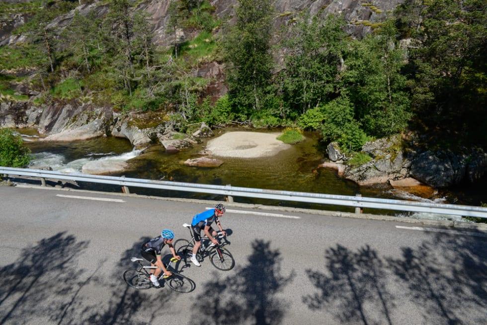 FANGET: Peter Andreas Prydz Gørbitz og Tore Haslemo på vei oppover mellom trange og høye fjellvegger ved Dalelva.