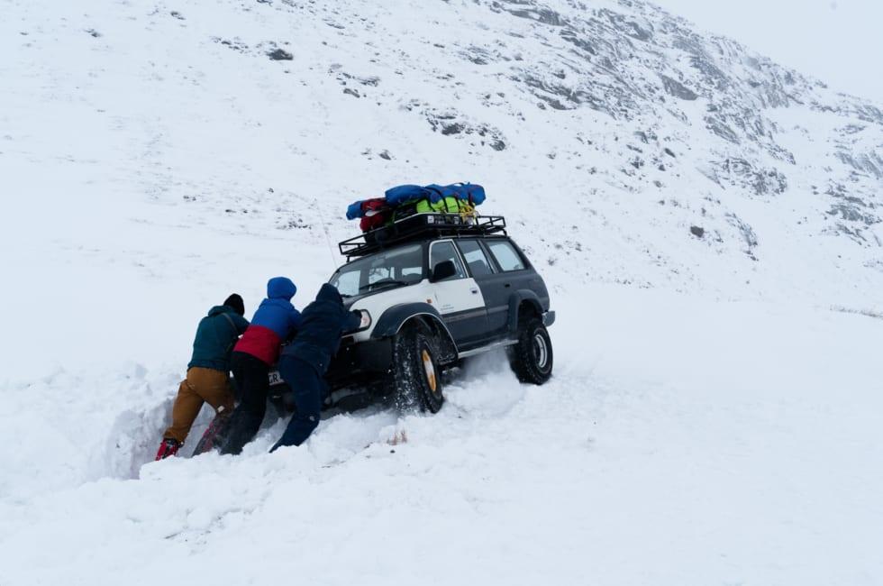 BRATT START: På vei til brefallet kjørte bilen som fraktet oss av veien to-tre ganger, da vindtransportert snø kamuflerte veien.