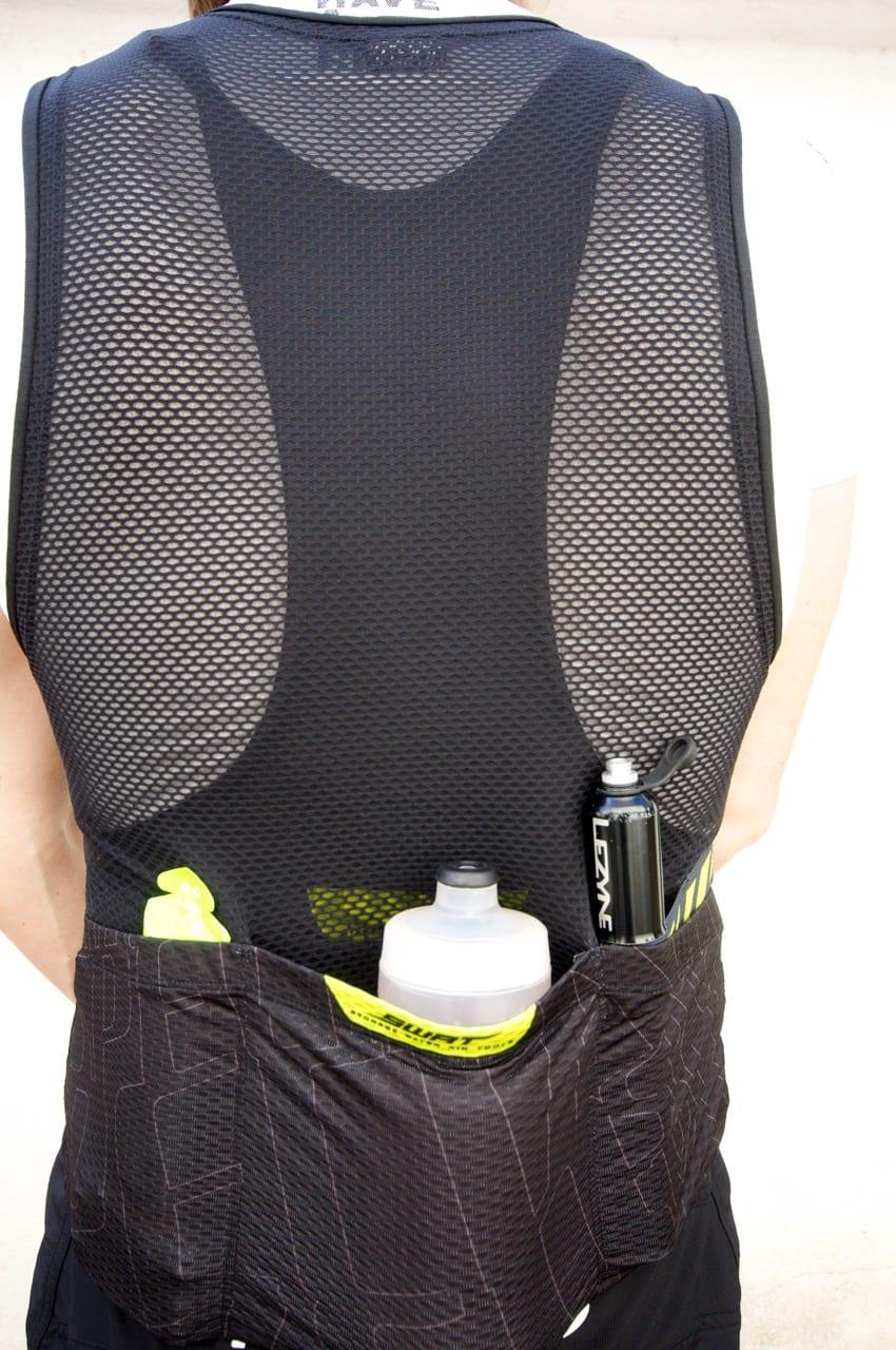 GODE LOMMER: Lommene på vesten er strammere enn på buksa. De har også stropper som holder bedre på pumpa.