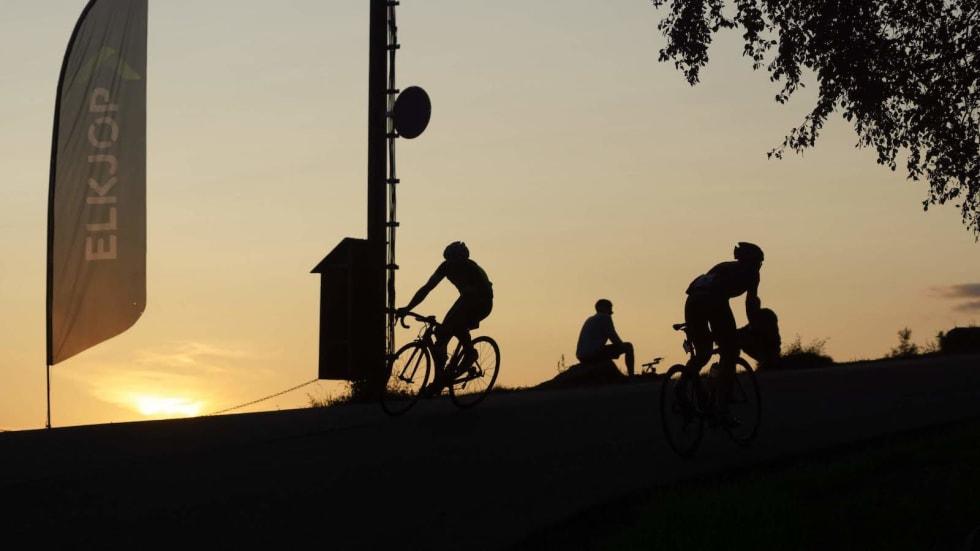 VAKKERT: Solnedgangen skapte vakre rammer rundt Hope Challenge. Verre var det under monsunregnskyllet. Foto; Bjørn Saksberg