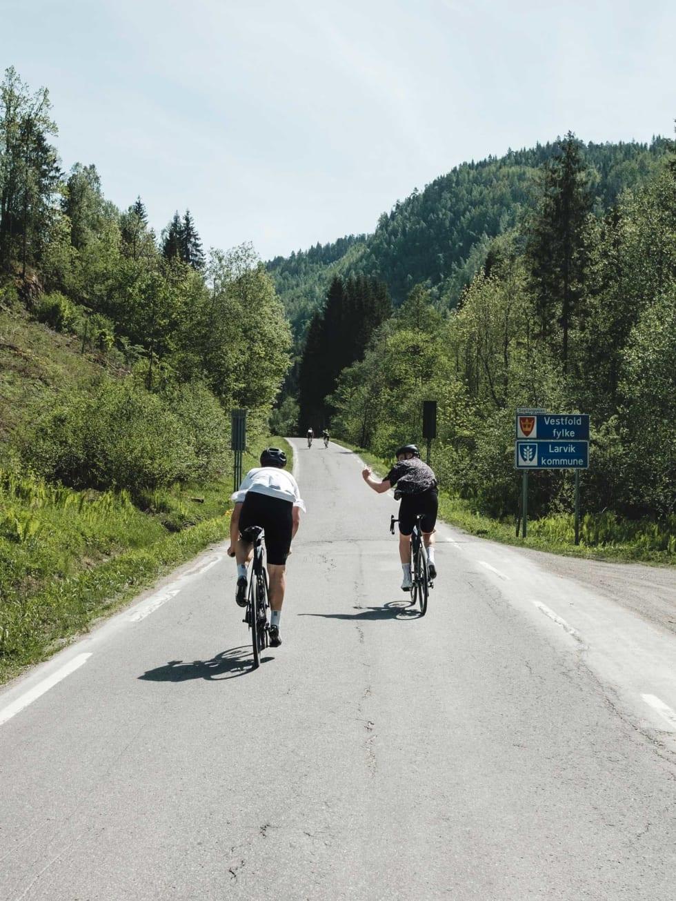 Up yours: Joakim knuser Peter i skiltspurt på vei ut av Telemark fylke. Turen har usedvanlig få skiltspurter, benytt deg av sjansen mens du kan.