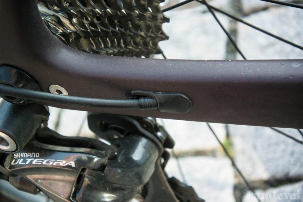 BRA: Strømpen til bakgiret er pent lagt. Den samme utgangen brukes om en vil ha en sykkel med Di2.
