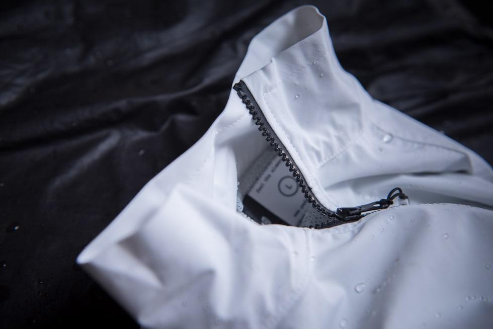 ENKEL: Vi savner et behagelig stoff i nakke-og halspartiet på jakken. Halspartiet er også i overkant romslig, og vann trenger fort ned.