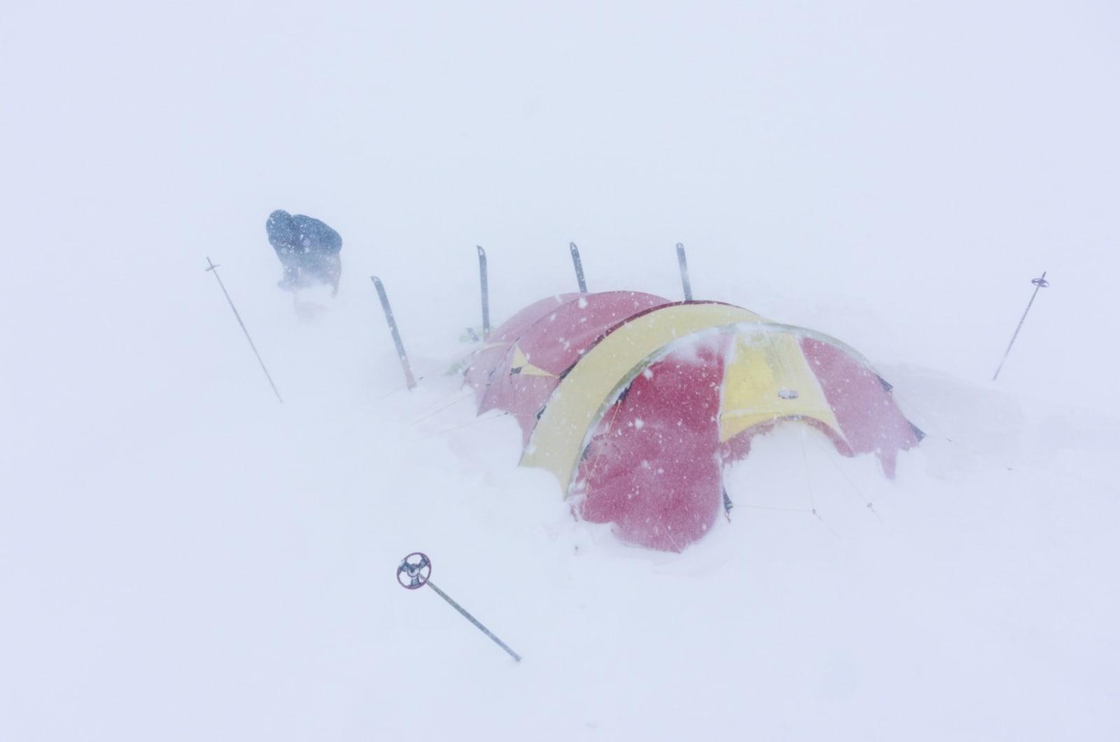 FRISKT: Bjørn sjekker at alt er bra med telt og forankringer, og spar snø bort fra teltet. Dette måtte gjentas med jevne mellomrom, også gjennom natten.