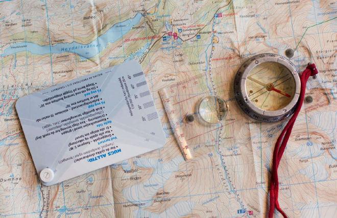 FINE HJELPEMIDLER: Med kart og skredkort er det enklere å planlegge hvordan du kan unngå skredterreng.