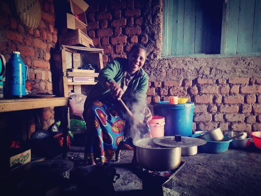 Frukost! Chapati og chai. Eg fekk med meg eit par ekstra maandazi (ein ikkje fullt så søt smultring) i matpakken av denne dama.