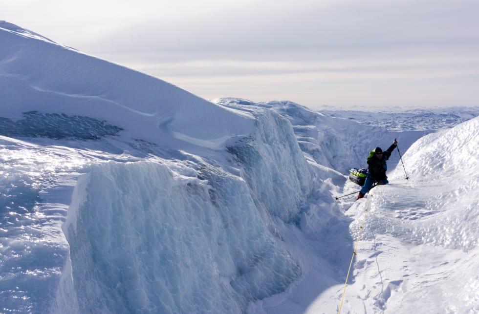 GOD GLID: På vei opp gjennom brefallet på vestsiden. Selv om det ser utfordrende ut med den glatte isen, var dette en sann glede å gå på sammenliknet med den dype løssnøen. Dog veltet pulken hver tjuende meter..