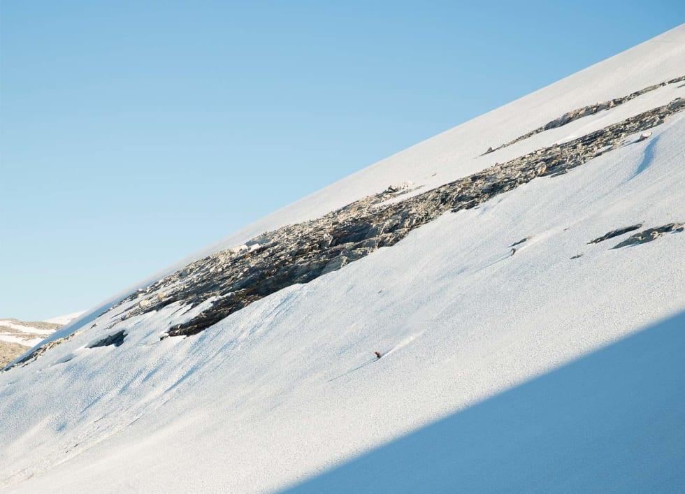 STORE LINJER: Ivar Løvik og Vegard Byrkjeland Aasen dundrer ned ei nordvendt og snøfylt side ved Styggevatnet i Jostedalen. Dato er 19. august inneværende år. Bilde: Håvard Nesbø
