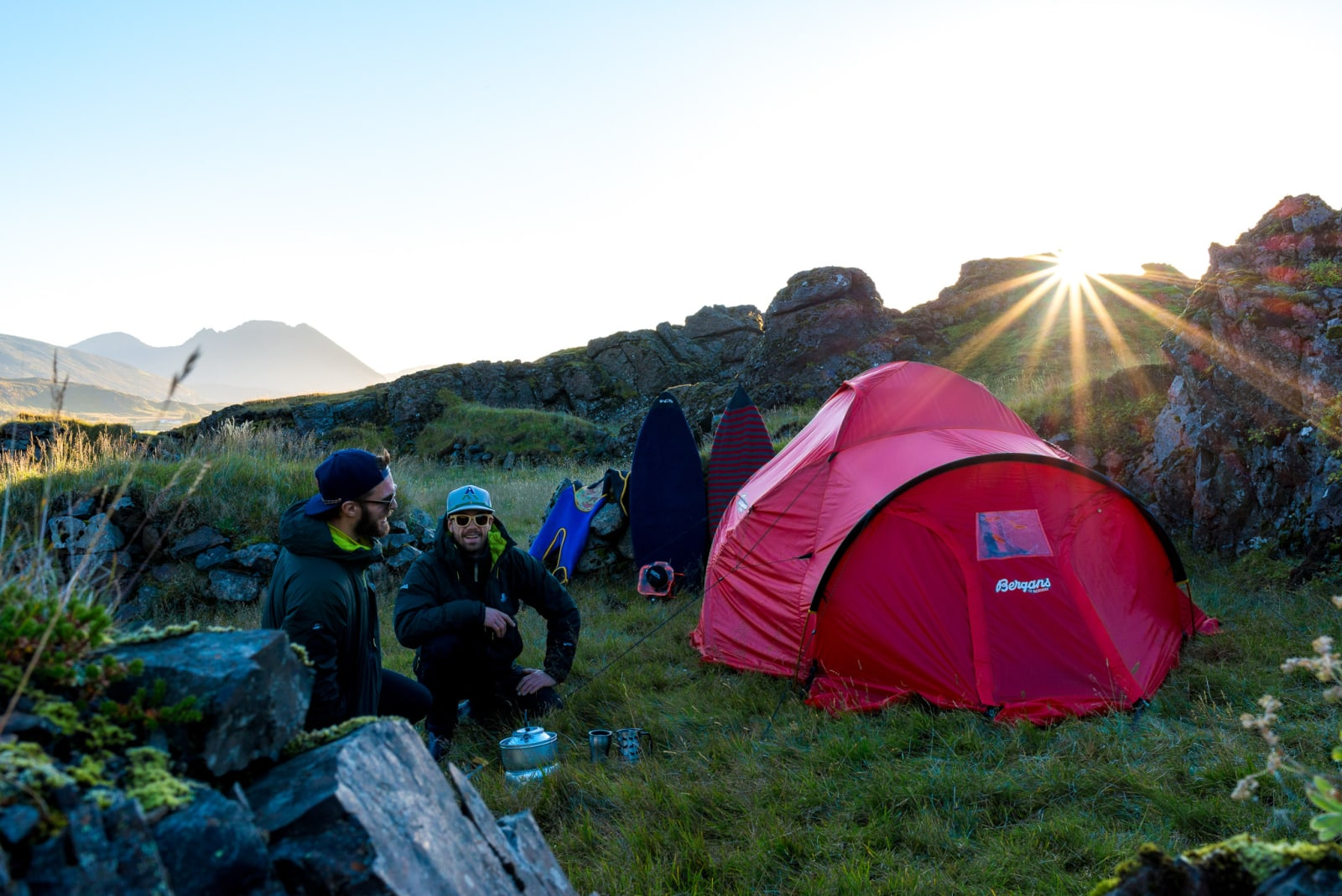 TELTLIV: To uker i telt kan tære på humøret, så det er viktig å nyte de små øyeblikkene. Og å ha nok kaffe.