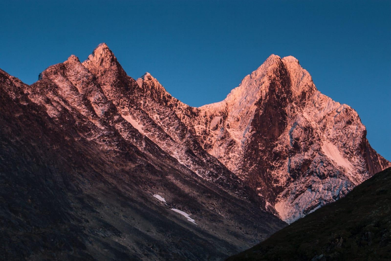MIDTRE, VESLE OG STORE: Den majestetiske tinderekken ligger badet i kveldens siste solstråler.