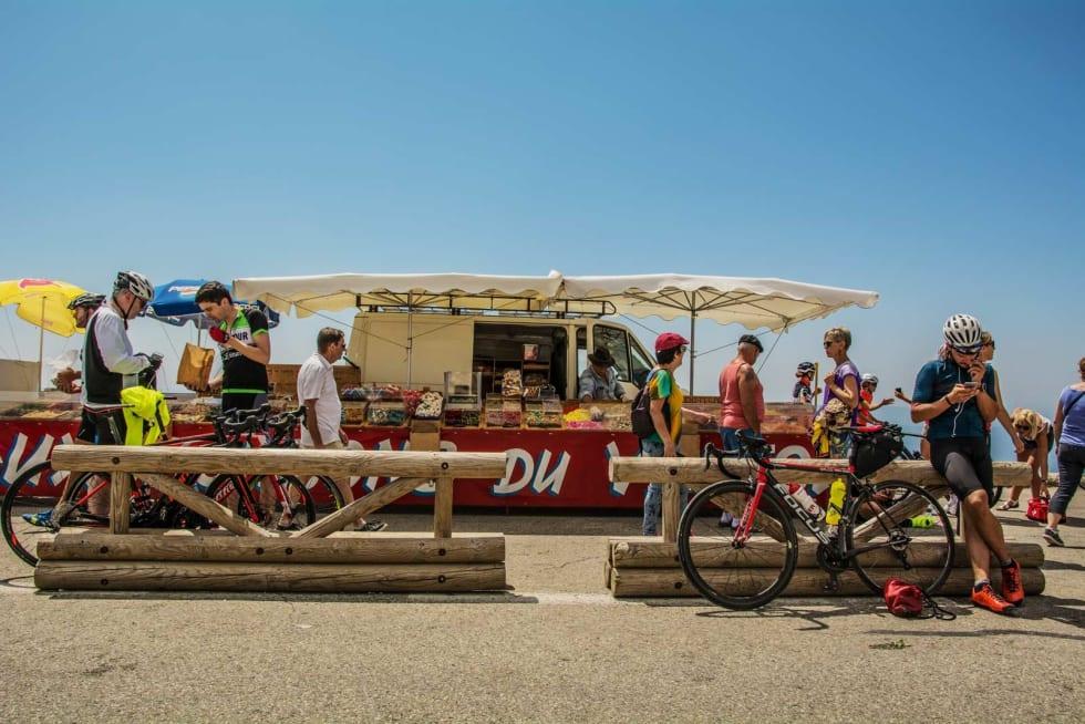 BELØNNING: Etter å ha klatret til toppen av Mont Ventoux venter en søt belønning på alle syklister. I 2000 meters høyde selges det nemlig godteri i alle smaker, former og fasonger. Slå dere løs! Det er viktig å fylle på karbohydrater etter fysisk aktivitet.