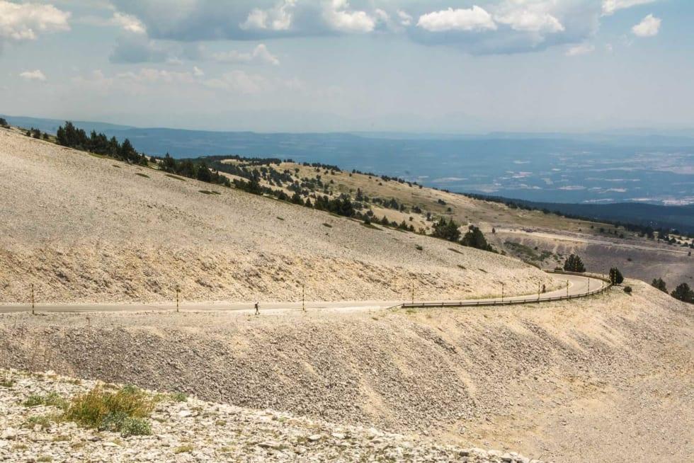 DALFØRE: Fra toppen på Mont Ventoux åpner det seg et imponerende panoramautsikt. Er været godt, kan en se både Middelhavet og Alpene.