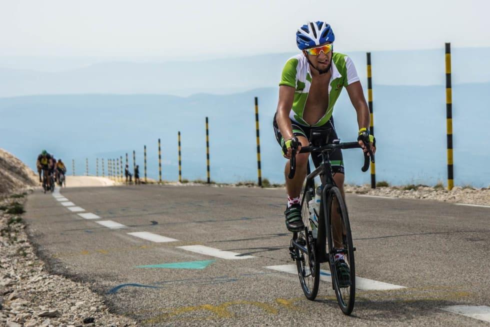 KLATRESOKKER: De drøye 22 kilometer med stigning fra Bédoin til toppen av Mont Ventoux er krevende både fysisk og mentalt. Riktig fokus er derfor viktig. Mario har for anledning tatt på klatresokkene sine, som gjør at han flyver opp fjellet.