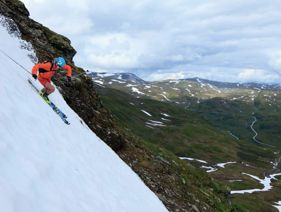 PÅ SENSOMMERTUR: En shortskledd Lars Erik Skjervheim på topptur hjemme i Voss, nærmere bestemt Finnbunuten på Vikafjellet. Dette er siste dagen i august, og snøforholda er bedre enn noensinne på denne tiden av året. Bilde: Benjamin Hjort
