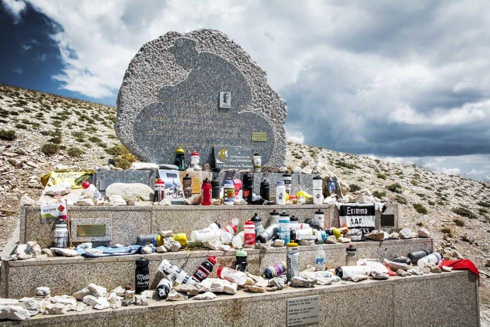 MINNESMERKE: Stedet Tom Simpson omkom i Tour de France i 1967 er det reist et minnesmerke i granitt. Syklister fra hele verden nedlegger drikkeflasker, slynger eller capser som æresbevisning.