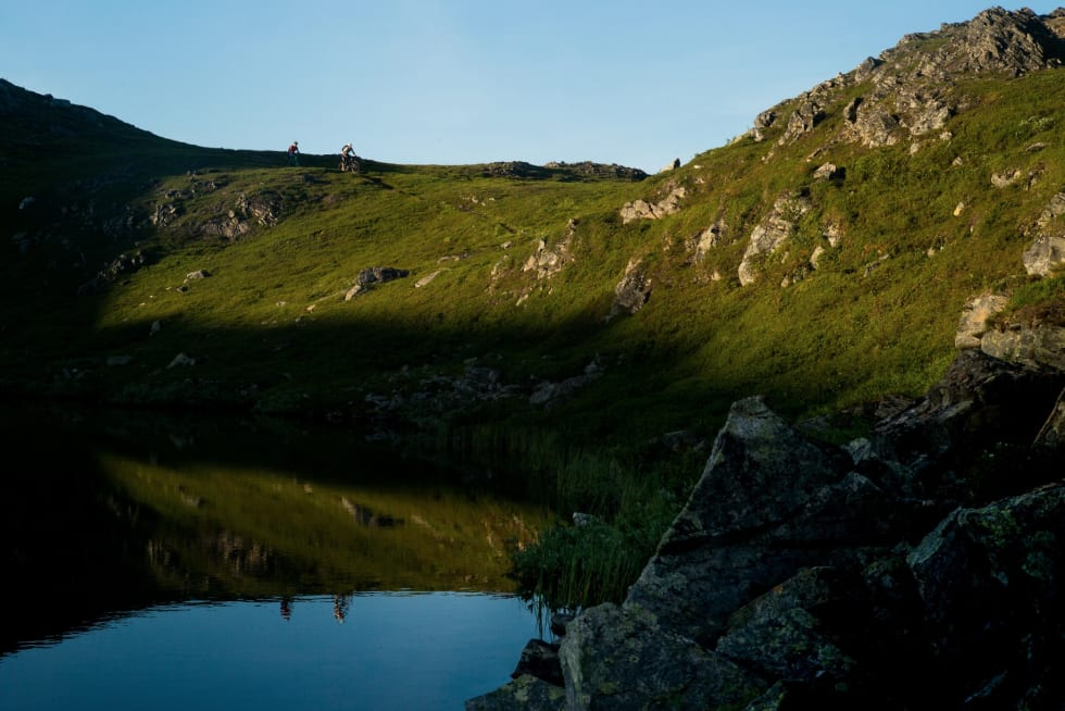 SPEILBILDE: Stien til Storhornet er spekket med variert landskap. Som innsjøen Anders og Finn Roar speiler seg i på vei ned.