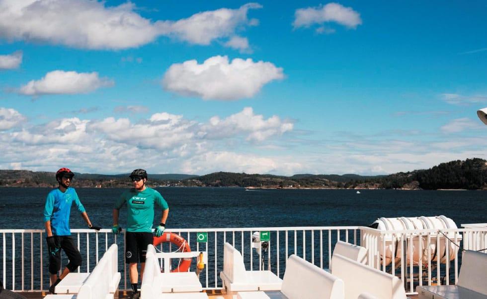 TUT-TUT: Bilfergene som går mellom øyene utenfor Kragerø har lite plass til biler, men mer enn nok plass til stisyklister. Thomas B. Svendsen og Morgan bakken lader opp til en lang dag i skjærgården.