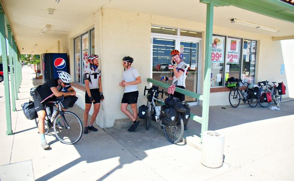 En samling av syklister. Noen stopper for dagen andre fortsetter
