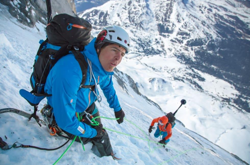 EIGER-DOKUMENTAR: De sveitsiske storveggsklatrerne Dani Arnold (til venstre) og Stephan Siegrist (til høyre) mens de dokumenterer nordveggen av Eiger. I tillegg hadde de med seg tre hjelpeklatrere. Foto: Mammut/Daniel Bartsch