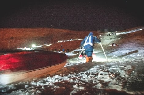 START: I et kaos av lykter, mennesker og vind går startskuddet for Expedition Amundsen, verdens hardeste pulkløp. Foto: Kai-Otto Melau