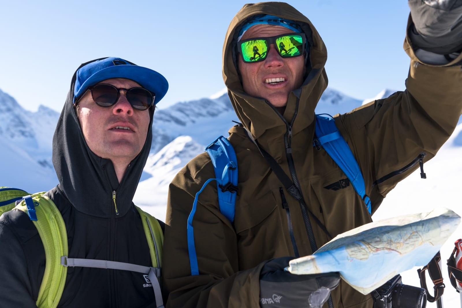 222 MULIGHETER: Robert Aaring og Asbjørn Eggebø Næss diskuterer snø og linjevalg under innspillingen av 222 muligheter. Bilde: Christian Nerdrum