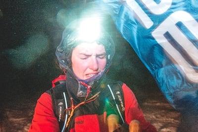 DESPERAT: UTEs Ida Eri Sørbye har nådd fram til tredje sjekkpunkt med lagvenninne Marianne i pulken. Det er vind og desperasjon i luften. Foto: Kai-Otto Melau