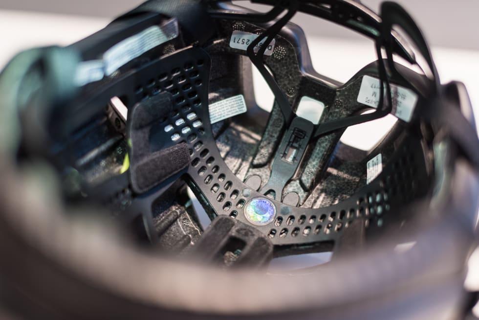 INTEGRERT: Mips-laget og strammesystemet består nå av en del. Dette sparer både plass og vekt inni hjelmen.