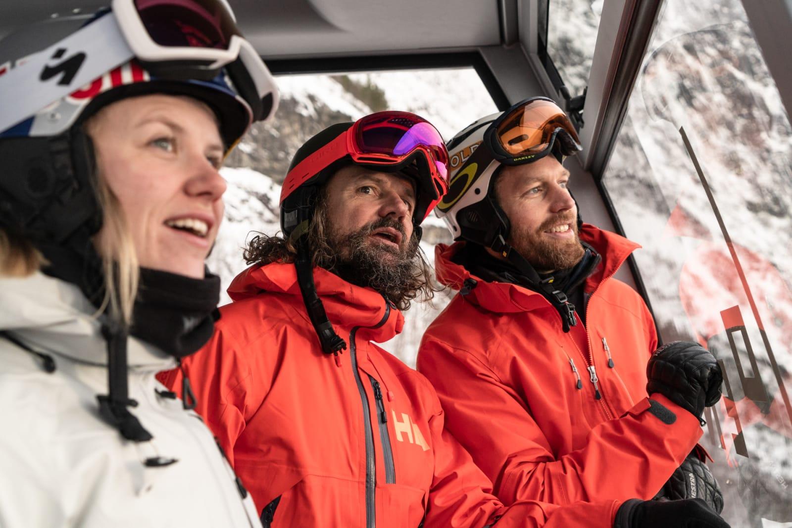 BRA UTSIKT: Tiril Sjåstad Christiansen, Bård Gundersen og Karsten Gefle på vei opp til Hoven med Loen Skylift. Bilde: Christian Nerdrum
