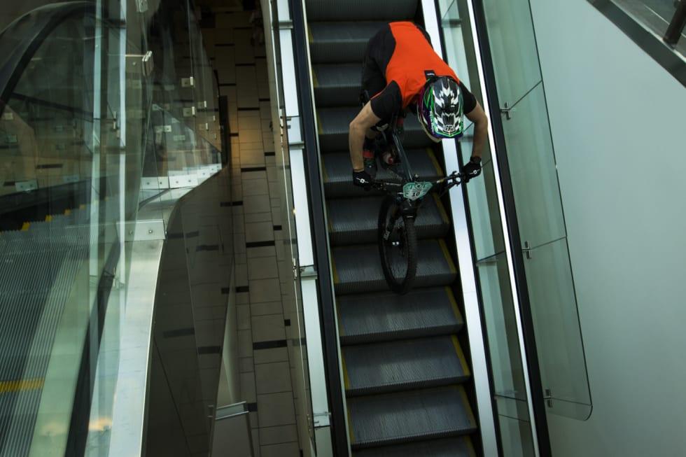 Andreas Aamodt på full fart ned rulletrappa under Telemark Enduro 2018. Foto: Per-Eivind Syvertsen