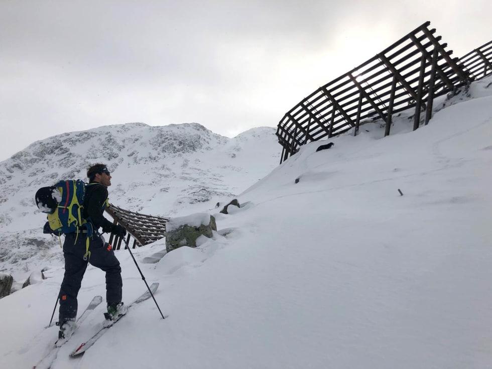 Skredgjerdene. Normalt ligger snøen dyp her. Foto: Audun Holmøy Røhrt