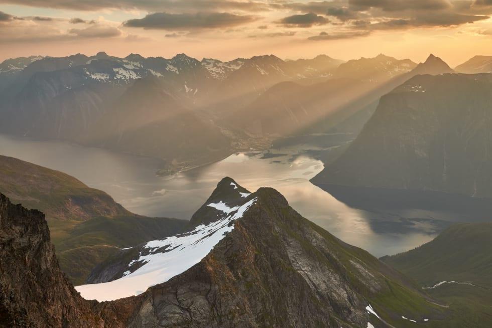 SKÅRASALEN: Skårasalener det høyeste fjellet på Kolås-halvøya. Disen i morgenlufta gjør at de første solstrålene etter soloppgang danner et flott strølys. Foto: Gunnar Wangen
