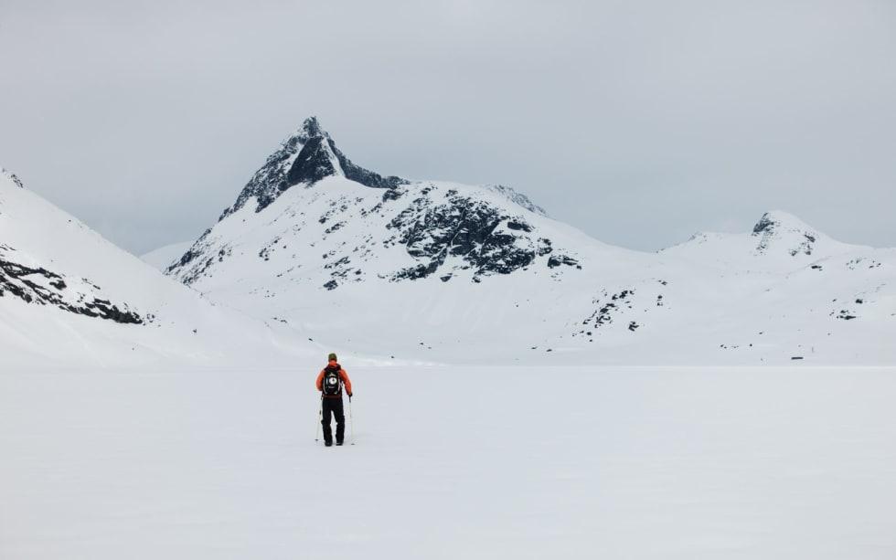 ANMARSJ: Erling Magnus er stoka på splitboard, fyllesjuke og 15 km anmarsj. Falketind er flott i det fjerne. Foto: Erling Magnus Solheim