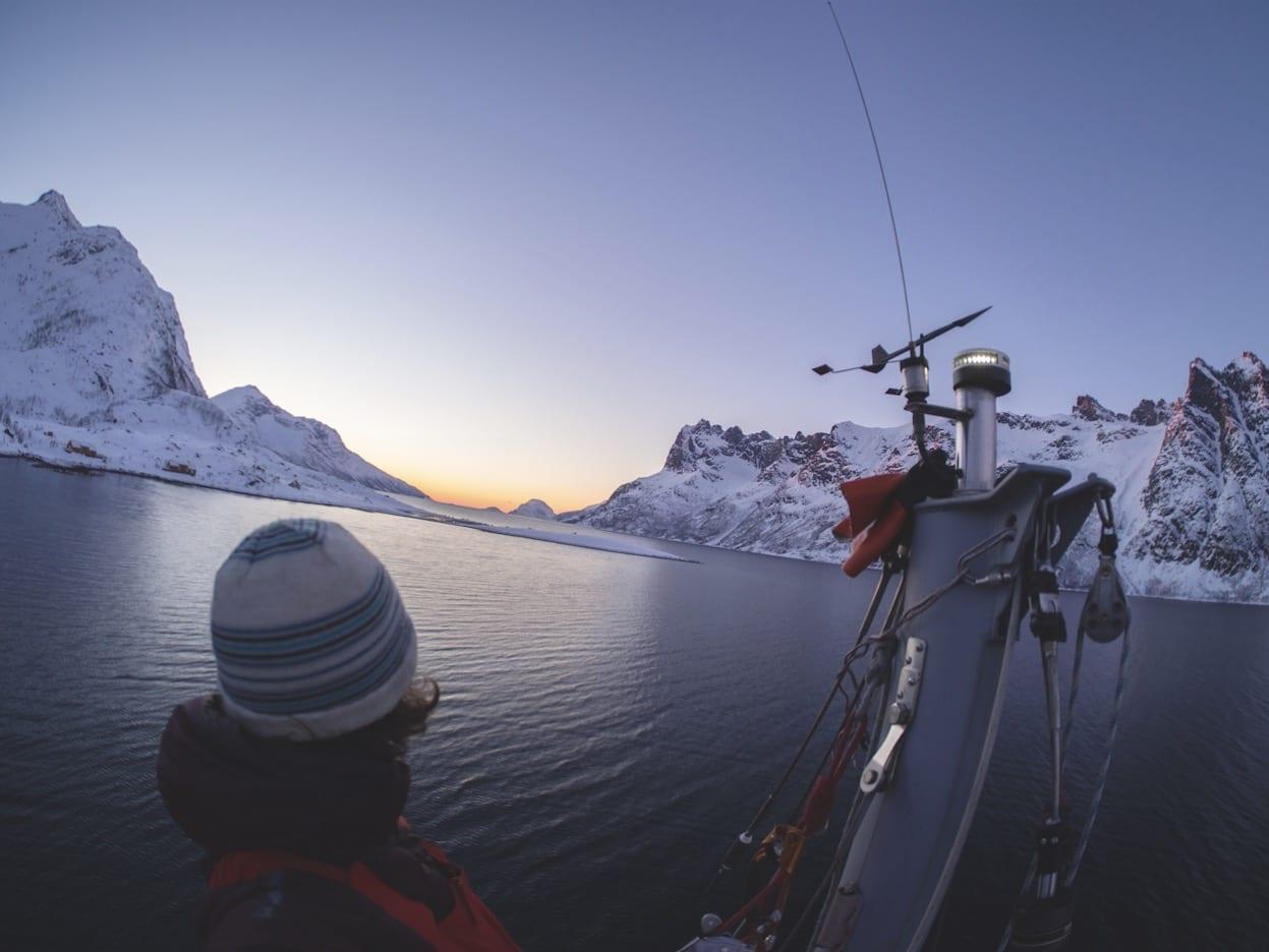 HVERDAGSLIG: Fra toppen av masta på RX2 har Morten Christensen nydelig utsikt mot solnedgangen. Bildet tok han selv, og da er det ikke så lett å få horisonten horisontal. Bilde: Morten Christensen