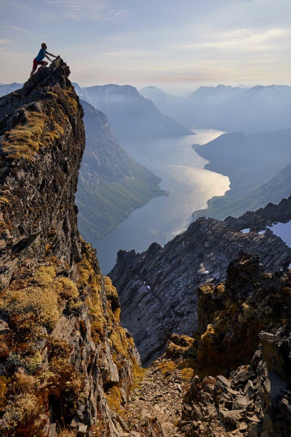 SLOGEN: Det er flere veier opp til Slogen, som er et av de mest besøkte fjellene i Sunnmørsalpene. Fra toppen er det flott utsyn. Foto: Gunnar Wangen