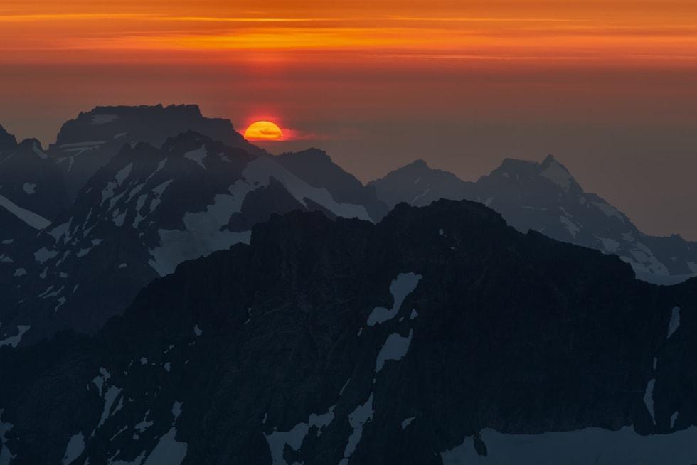 KL. 23.06: Solnedgangen bak Råna ble en opplevelse jeg sent vil glemme. Foto: Gunnar Wangen