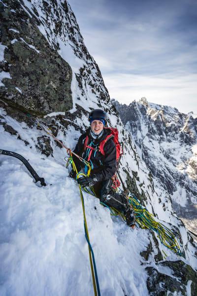 VANSKELIG: Nordveggen på Romsdalshorn er mer krevende med snø og is enn uten. Henning på standplass. Foto: Sindre Kolbjørsgard