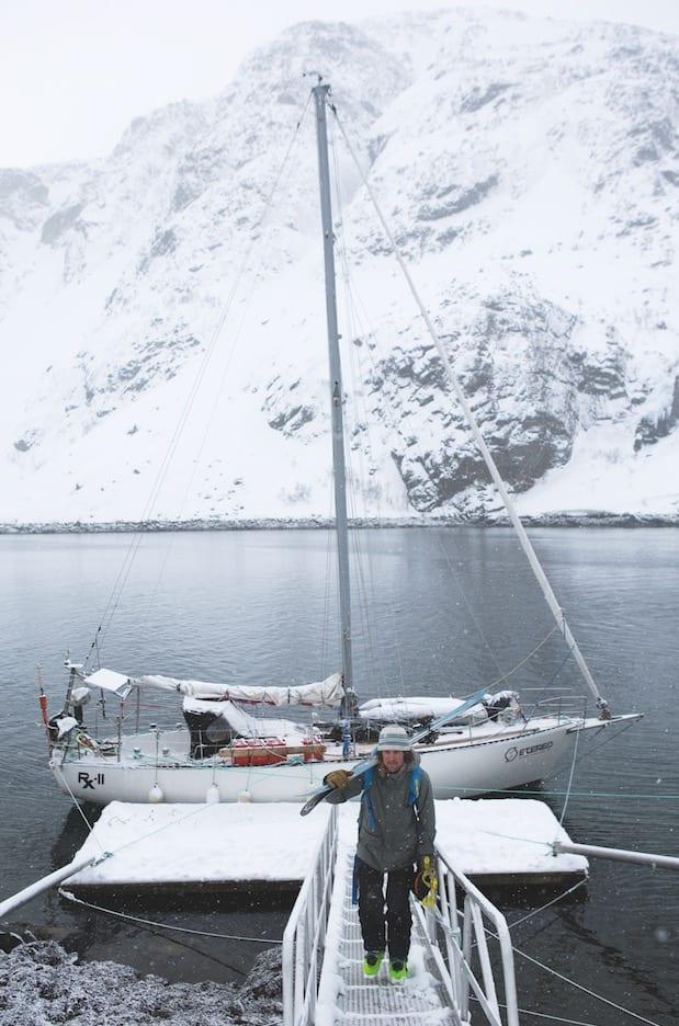 UT PÅ TUR: På vei til fjells fra RX2, som ligger fortøyd ved kaia i temmelig eksotiske Innerkoven i Finnmark. Bilde: Tore Meirik