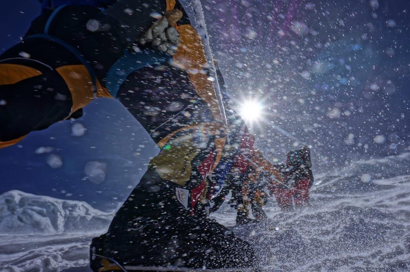 TRAFIKKJAM: Utfordringane på høge fjell er klart overbefolka tau som ventar på å få nå toppen. Men det fine med det er ein kan ta ein ekstra pust i bakken og nyta utsikten, tilveret og kanskje ein halv bounty sjokolade.