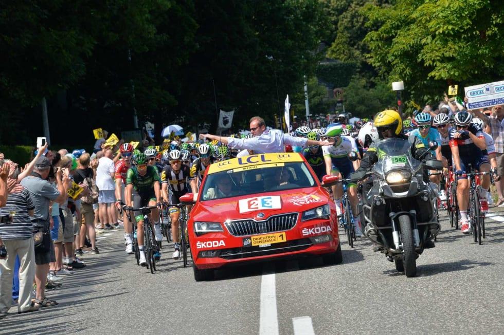 Kongen: Tour de France har to røde biler i drift, og i den aller første sitter sjefen for rittet, Christian Prudhomme. Foto: Cor Vos.