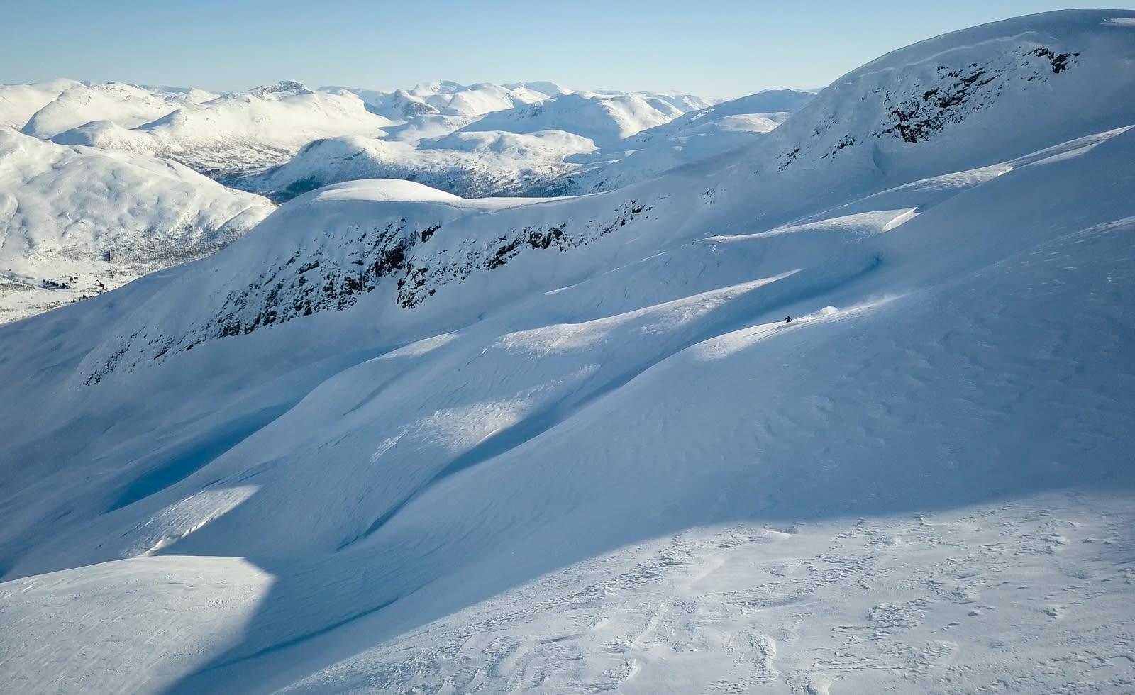 BOLLER OG BRUS: Etter en liten felletur i bakkant av Hornindal Skisenter kommer du til Guridalen som er en bolle på 2-3 kilometer. Det er lett å finne urørt snø, for å si det sånn. Bilde: Christian Nerdrum
