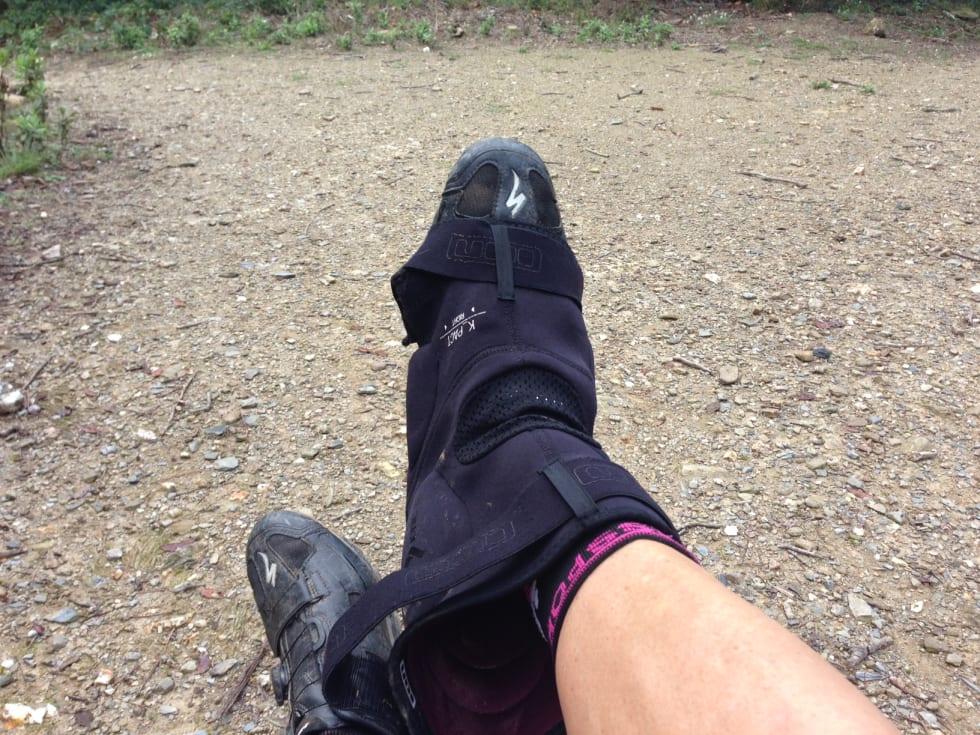 BAK FREM: Tre knebeskytterne over skoene med baksiden opp.