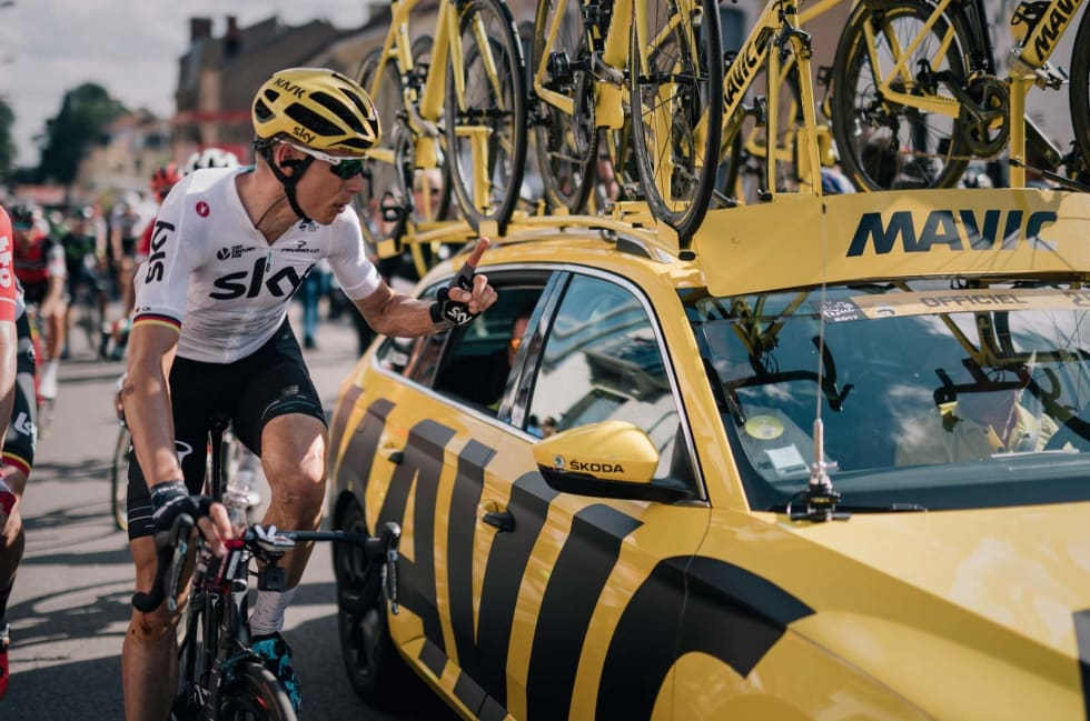 Ett hjul, takk: Christian Knees, Team Sky, tar opp en bestilling fra en av feltets nøytrale servicebiler. Foto: Kristof Ramon.