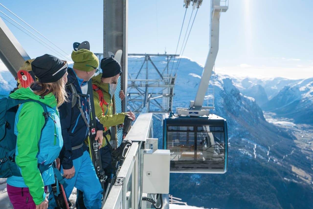 Loen Skylift: Du kommer kjapt opp til snøgrensa med den nye gondolen. Foto: Bård Basberg