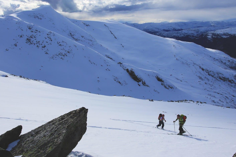 MOT SLUTTEN: Øyvind Solstad og May Helen beveger seg opp ryggen på Skipadalsnuten. Dagens siste fjell Horndalsnuten kan ses i bakgrunnen.
