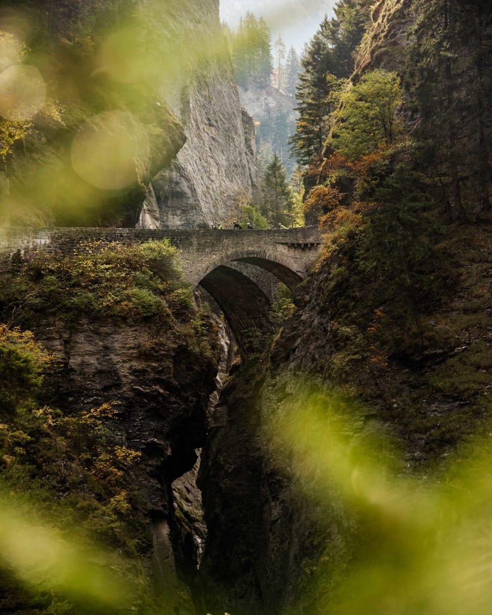 Verdens flotteste: De gamle bruene over Viamala brukes i dag stort sett av turister. Hovedveien går i tunnel inne i fjellet. Foto: Henrik Alpers.
