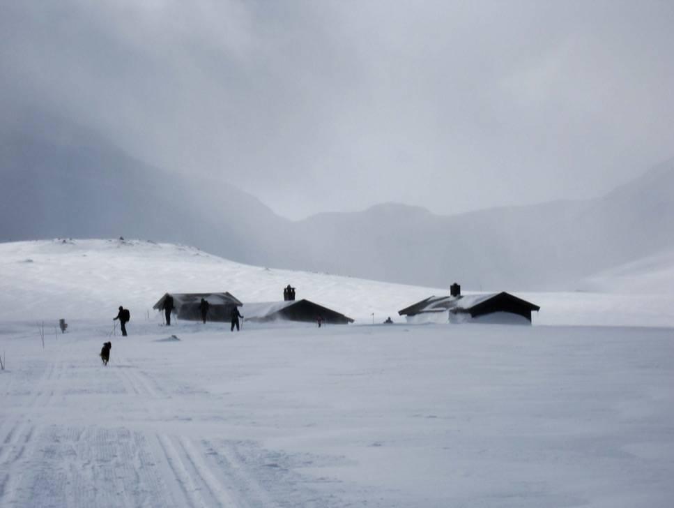 I HYTTE OG VÆR: Tyin-Filefjell ligger midt mellom Skarvheimen og Jotunheimen, midt mellom øst og vest, på over 1000 meters høyde. Det gir mye vær. På godt og vondt. La oss være ærlige og kalle dette bildet «En helt vanlig dag på Sulebu». Foto: Runar Eidslott